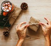 Verpackte Geschenke und heiße Schokolade