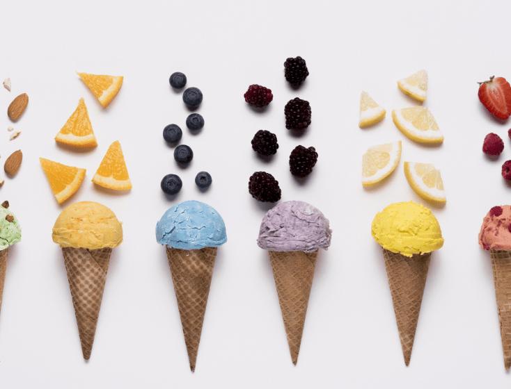 Verschiedene Eistüten mit Obst