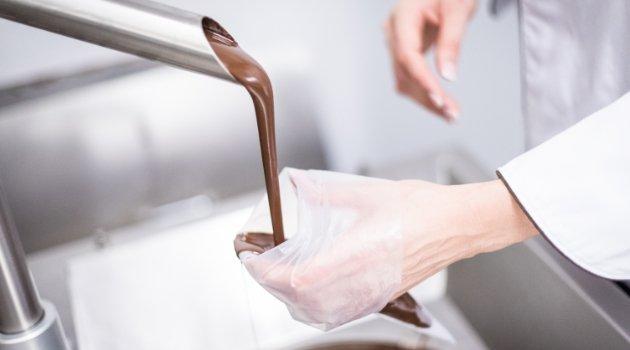 Schokolade wird in Form gegossen