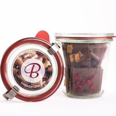 Schokoladenstücke in einem Weckglas