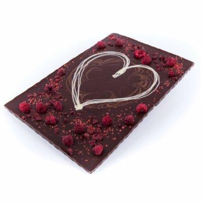 Zartbitter Schokoladentafel mit Himbeeren und Herz